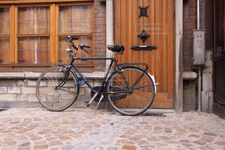 石畳に止められたお洒落な自転車風景の写真・画像素材[2860008]