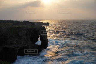万座毛の夕陽の写真・画像素材[3312547]