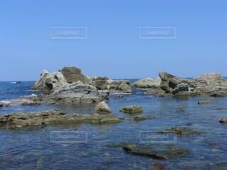 日本海の透明な海と青空の写真・画像素材[4668076]