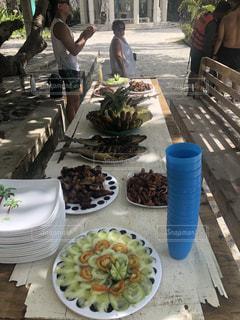 食品のプレートをテーブルに座っている人々 のグループの写真・画像素材[1660915]