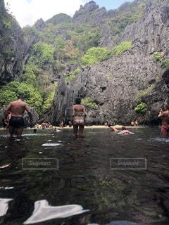 川を泳ぐ人たちのグループの写真・画像素材[1661692]