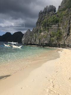 水の体の横にある砂浜のビーチの写真・画像素材[1661694]