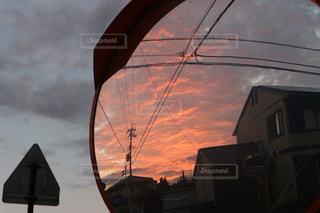 ミラー越しの夕焼けの写真・画像素材[1458760]