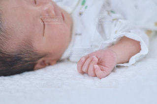 生まれて数日の息子の写真・画像素材[1610662]