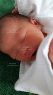 近くに赤ちゃんのアップの写真・画像素材[1459633]