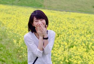 菜の花と女性の写真・画像素材[1460682]
