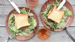 サンドイッチとサラダのプレートの写真・画像素材[1463283]