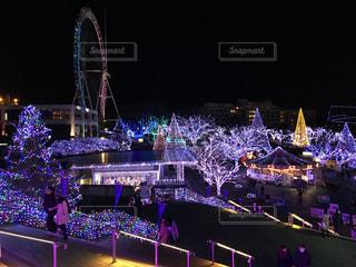 夜のライトアップされた遊園地の写真・画像素材[1476351]
