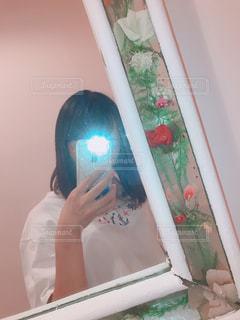 カメラにポーズ鏡の前に立っている人の写真・画像素材[1464705]