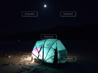 カタツムリテントと月の写真・画像素材[1465671]