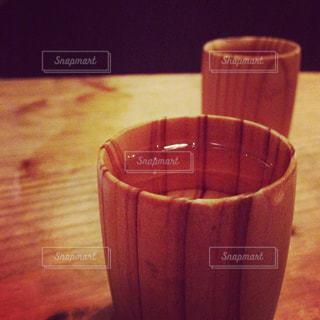 日本酒を嗜む 木の酒器の写真・画像素材[1466381]