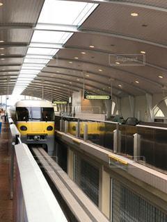 舞浜駅にある黄色いモノレールの写真・画像素材[1549273]
