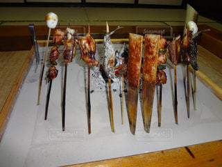 囲炉裏で串焼きの写真・画像素材[1585826]
