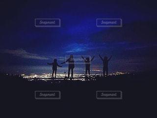 日没の前に立っている人々 のグループの写真・画像素材[1528123]