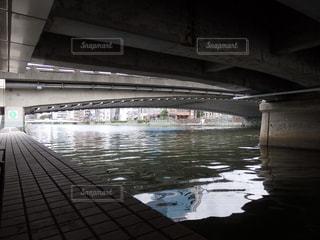 川は流れる橋の下の写真・画像素材[1485260]