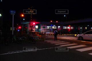 夜の踏切の写真・画像素材[2280294]