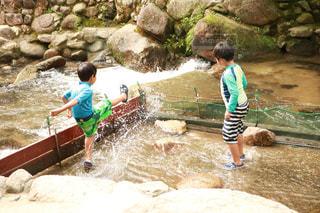 川で水遊びをする子供達の写真・画像素材[1468262]