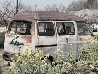 物置きとして生きている廃車の写真・画像素材[1811852]