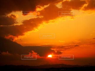 夕暮れ時の空の雲の群れの写真・画像素材[2790219]