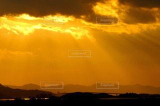 山並みを背にした夕焼けの写真・画像素材[3631562]