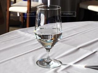 グラスの水とグラスの光る影の写真・画像素材[4016494]