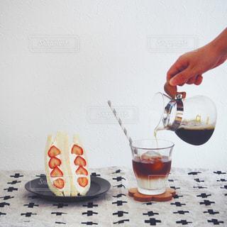コーヒーといちごサンドの写真・画像素材[1469275]