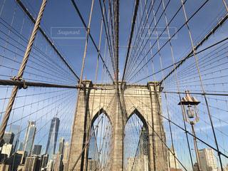 近くにバック グラウンドでブルックリン橋の鉄線の柵のアップの写真・画像素材[1469417]