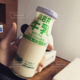 牛乳瓶を持つ手。の写真・画像素材[1469657]