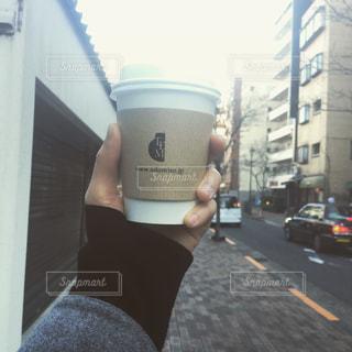 カップを保持している人の写真・画像素材[1471414]