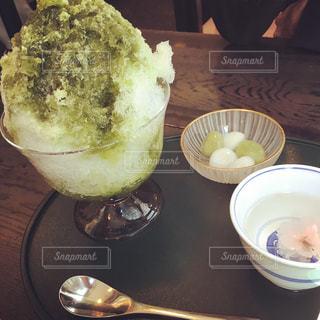 テーブルの上に食べ物のプレートの写真・画像素材[1471949]