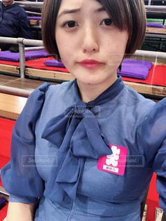 青いシャツを着た女性の写真・画像素材[1475886]