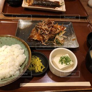 テーブルの上に食べ物のトレイの写真・画像素材[1475898]