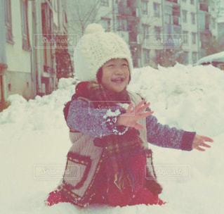 雪の中で立っている女の子の写真・画像素材[1478071]