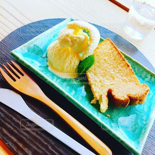 テーブルの上のケーキのスライスを皿の料理の写真・画像素材[1469721]