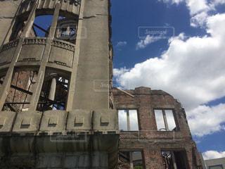 建物の側に時計と大きな背の高い塔の写真・画像素材[1491085]