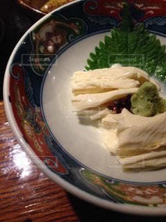 テーブルの上に食べ物のプレートの写真・画像素材[1510282]