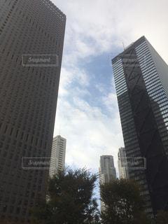 街にそびえる背の高い時計塔の写真・画像素材[1646464]
