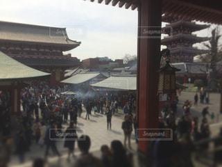 建物の前に立っている人々 の群衆の写真・画像素材[1810279]