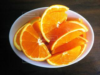 皿の上のオレンジのボウルの写真・画像素材[1822310]