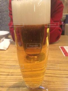 テーブルの上のビールのグラスの写真・画像素材[1829948]