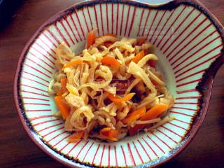 食卓の上の食べ物の皿の写真・画像素材[2107319]
