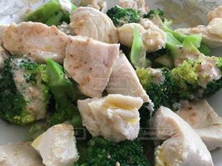 ブロッコリーを入れた食べ物の皿のクローズアップの写真・画像素材[2323126]