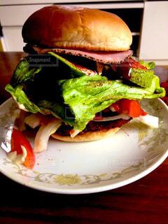皿の上のサンドイッチのクローズアップの写真・画像素材[3006376]
