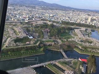 背景の山と都市のビューの写真・画像素材[1471336]