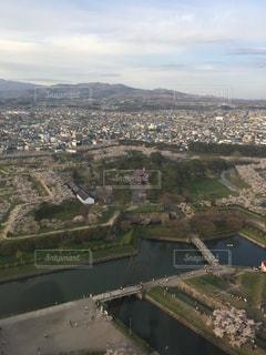 背景の山と都市のビューの写真・画像素材[1471340]