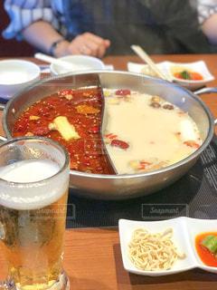 火鍋専門店の料理とビールの写真・画像素材[1615240]