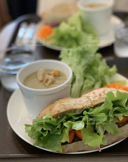 具沢山のサンドイッチとスープの写真・画像素材[3019562]