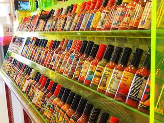 店の棚は瓶でいっぱいの写真・画像素材[1475203]