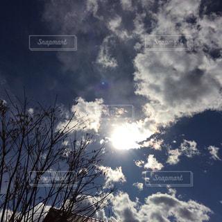 冬の空と太陽と雲の写真・画像素材[1751905]