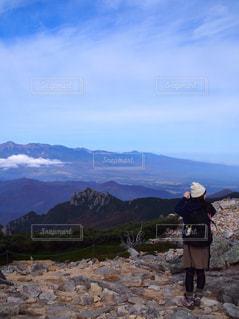 山の前に立っている人の写真・画像素材[1710620]